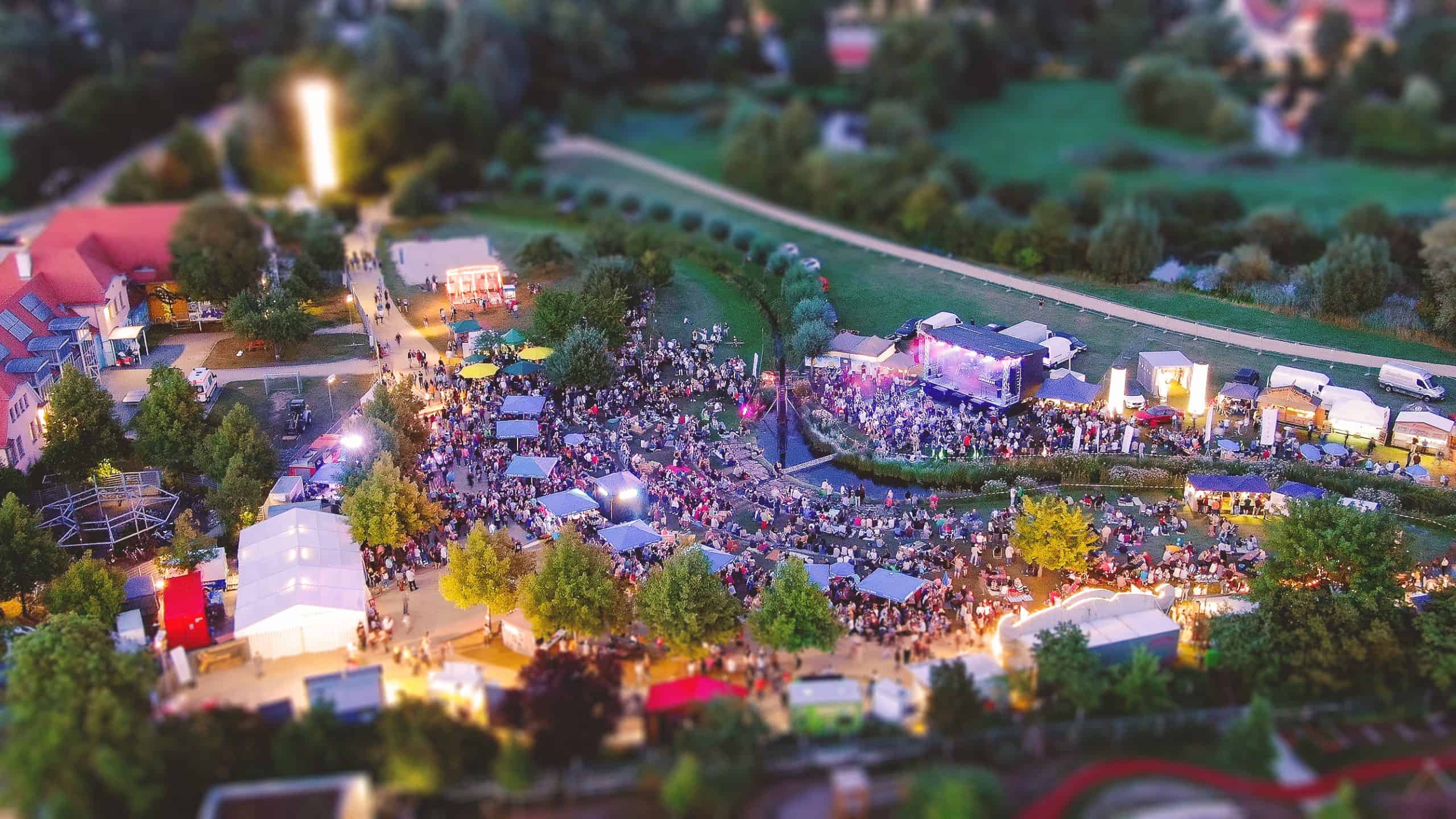 Das Festivalgelände bei Nacht.