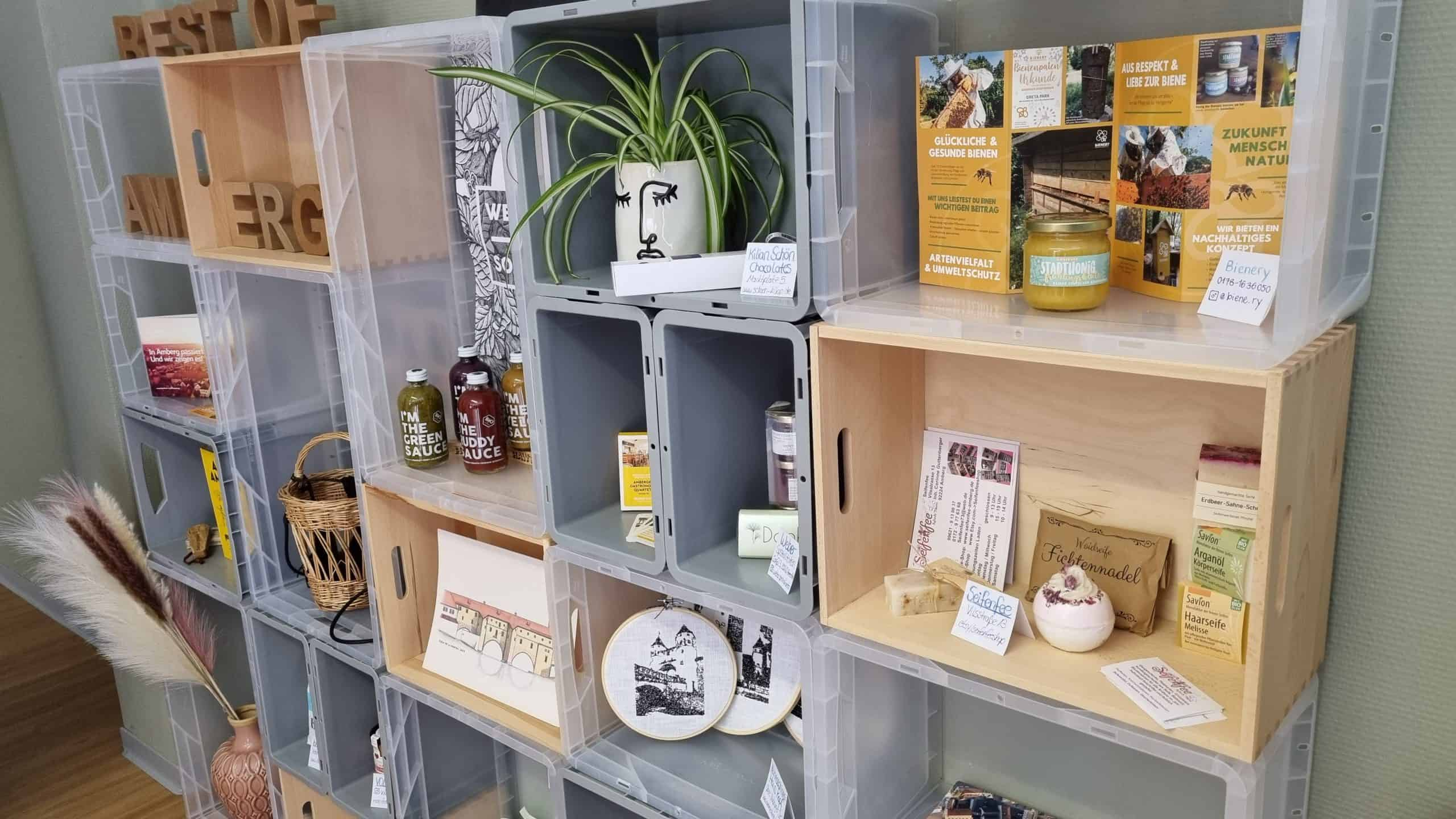 Eine Pop-Up-Wand mit Amberger Produkten.